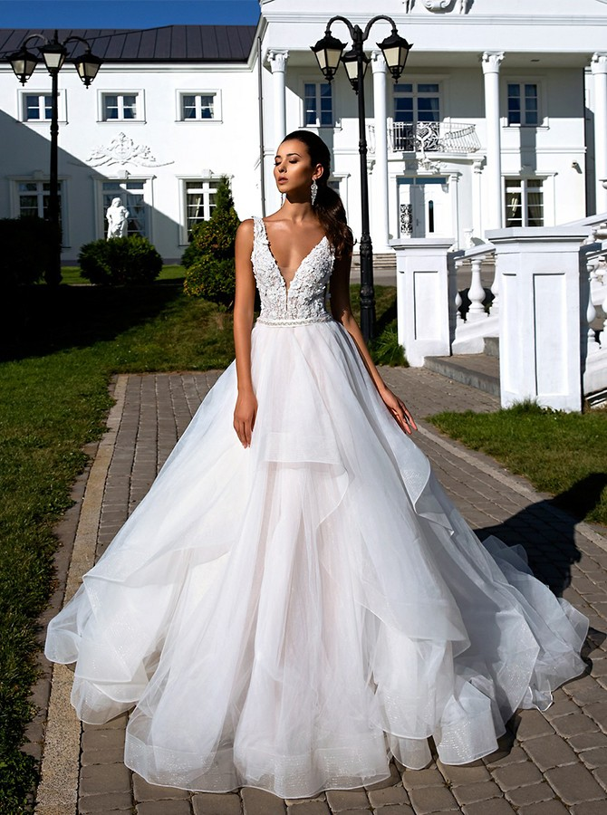 Ball Gown V-Neck Backless Wedding Dress with Appliques Beading